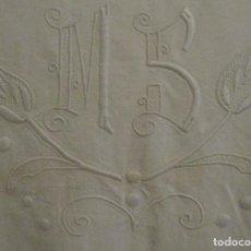 Antigüedades: ANTIGUA SÁBANA DE LINO CON INICIALES Y BORDADOS PPIO.S.XX. Lote 84136804