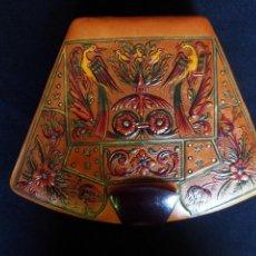Antigüedades: ESTUCHE DE MANICURA EN PIEL REPUJADA. Lote 84012604