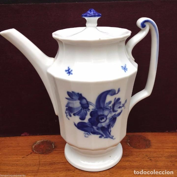 CAFETERA DE LA ROYAL COPENHAGEN FLORES AZULES MODELO 10/8565 (Antigüedades - Porcelana y Cerámica - Alemana - Meissen)