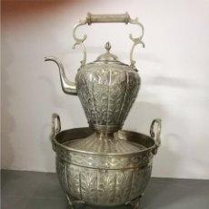 Antigüedades: GRAN CALENTADOR Y TETERA EN METAL REPUJADO. Lote 84244564