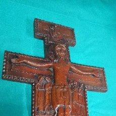 Antigüedades: CRUCIFIJO DE RESINA,SÍMIL MADERA. Lote 84272708