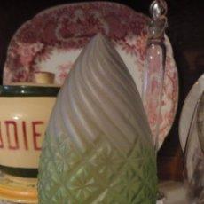 Antigüedades: ANTIGUA LAMPARA DE TECHO.PERIODO ART DECO.LATON Y VIDRIO TONO VERDE.AÑOS 30. Lote 84373528