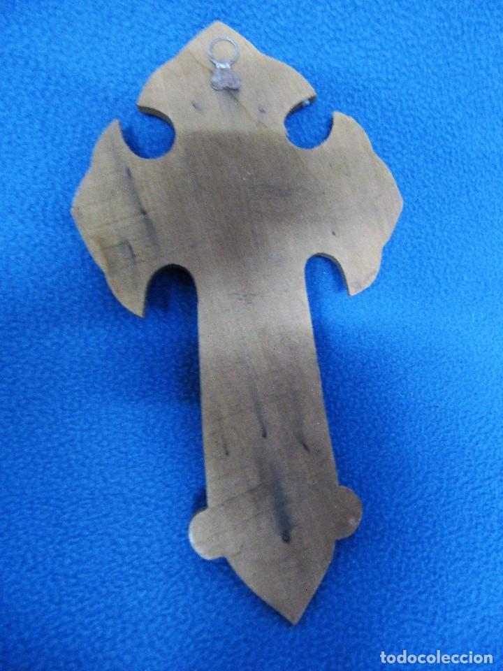 Antigüedades: ANTIGUO CRUZIFIJO BENDITERA DE MADERA METAL REPUJADO 24cm - Foto 2 - 84453940