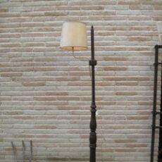 Antigüedades: LAMPARA ANTIGUA REALIZADA EN MADERA MACIZA.- AJUSTABLE LA TULIPA EN ALTURA.. Lote 84493392