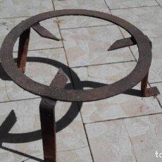 Antigüedades: TRÉBEDE EN FORJA, PARA CALDERO GRANDE. Lote 84540928