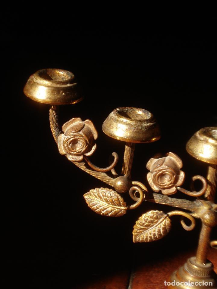 Antigüedades: CANDELEROS CON MOTIVOS FLORALES MARIANOS DE METAL 5x9CM. - Foto 2 - 84574308