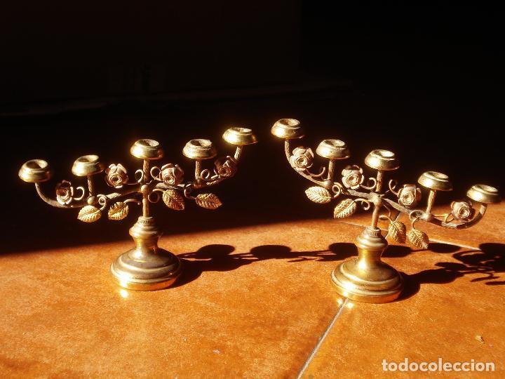 Antigüedades: CANDELEROS CON MOTIVOS FLORALES MARIANOS DE METAL 5x9CM. - Foto 3 - 84574308