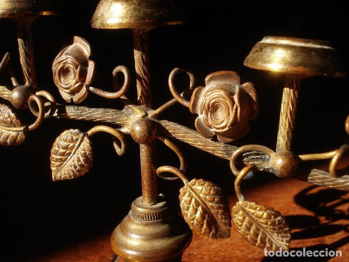 Antigüedades: CANDELEROS CON MOTIVOS FLORALES MARIANOS DE METAL 5x9CM. - Foto 4 - 84574308