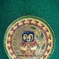 Antigüedades: PLATO METÁLICO DECORATIVO CON BUHO EN RELIEVE . Lote 84593640