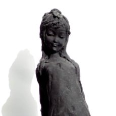 Antigüedades: FIGURA DE NIÑA DESCONOZCO EL MATERIAL PARECE RESINA, PEANA DE METRAQUILATO 26 CM ALTO. Lote 84706188
