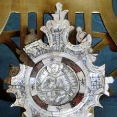 Antigüedades: ANTIGUO Y EXTRAÑO MEDALLÓN DE NÁCAR TALLADO - TEMÁTICA RELIGIOSA - SANTO - BASE DE MADERA - MUY RARO. Lote 84736368