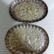 Antigüedades: DOS PEQUEÑAS BANDEJAS, FIRMADAS MENESES, 11X 8,5 , BAÑO DE PLATA. Lote 84740268