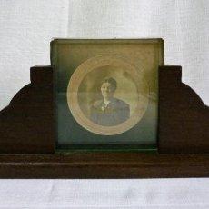 Antigüedades: PORTARETRATO EN MADERA NOBLE CON CRISTAL BISELADO DE 0,8 Y FOTO DE ÉPOCA EN ALBUMINA NOMBRE DE AUTOR. Lote 84749300