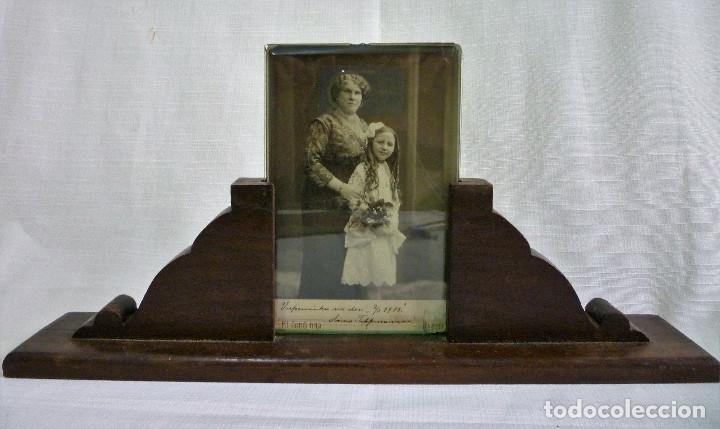 PORTARETRATO EN MADERA NOBLE CON CRISTAL BISELADO DE 0,8 Y FOTO DE ÉPOCA EN ALBUMINA 1914 (Antigüedades - Hogar y Decoración - Portafotos Antiguos)