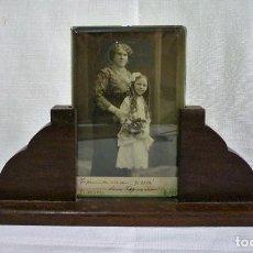 Antigüedades: PORTARETRATO EN MADERA NOBLE CON CRISTAL BISELADO DE 0,8 Y FOTO DE ÉPOCA EN ALBUMINA 1914. Lote 84749636