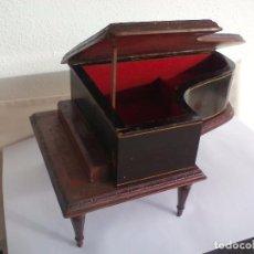 Antigüedades: ANTIGUO PIANO MUSICAL, JOYERO DE MADERA, CAJA DE MÚSICA A CUERDA. 26 X 17 CM. Lote 84755796