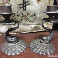 Antigüedades: PAREJA DE CANDELABROS DE METAL EN FORMA DE PEZ - MEDIDA 12 CM. Lote 84764748