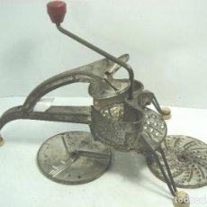 Antigüedades: MUY ANTIGUO RALLADOR- MOULI JULIENNE + ACCESORIOS - FRANCE AÑOS 50 - CANADIAN PAT - GRANDE . Lote 84803452