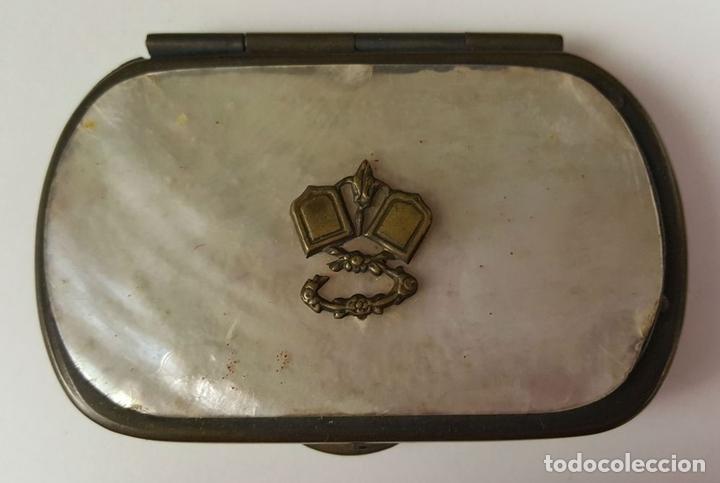 Antigüedades: MONEDERO O TARJETERO EN METAL Y NÁCAR. FUNDA ORIGINAL EN TERCIOPELO. SIGLO XIX. - Foto 5 - 84803720