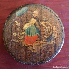 Antigüedades: SNUFF BOX, ANTIGUA CAJA DE RAPE PAPEL MACHE PINTADA A MANO DAMA CON SOMBRILLA, SIGLO XIX, 8 X 2,5 CM. Lote 84931180