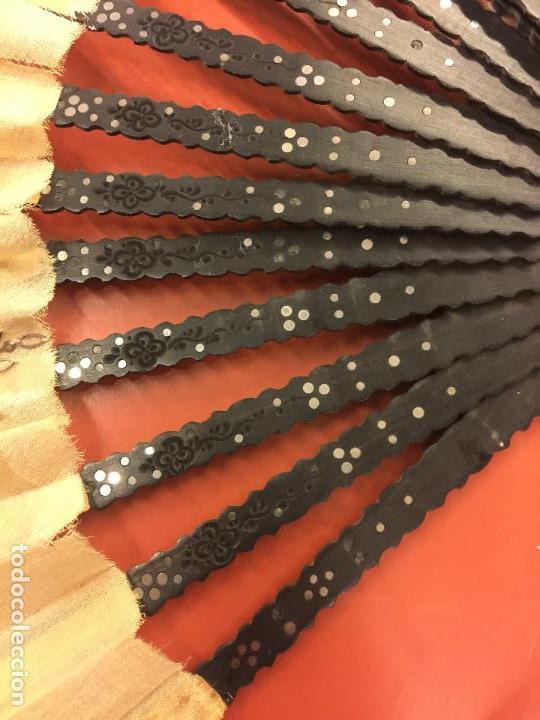 Antigüedades: Abanico ISABELINO con pais de seda - lentejuelas y bordados a mano, varillaje de ébano tallado. XIX - Foto 3 - 84971396