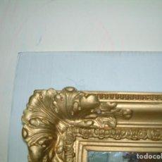 Antigüedades: MARCO DORADO, CON ESPEJO, CON RELIEVES, DE YESO DORADO, ORIGINAL. Lote 84978656