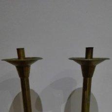 Antigüedades: PAREJA DE GRANDES CANDELABROS EN METAL. Lote 84987280