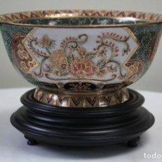 Antigüedades: VASIJA DE PORCELANA CHINA SOBRE BASE DE MADERA. SELLO EN BASE. S. XX. DIBUJO EN RELIEVE.. Lote 85064508