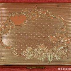 Antigüedades: PRECIOSA POLVERA EN METAL ORADO CON DECORACIONES GRABADAS. CIRCA 1910. Lote 85131252