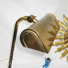 Antigüedades: LAMPARA ANTIGUA VINTAGE EN LATON DORADO Y PEANA LACADA NEGRO TIPO BANQUERO O ESCRITORIO. Lote 85235568