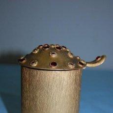 Antigüedades: RECIPIENTE RELIGISO EN METAL DORADO CON ADORNOS EN PIEDRA. Lote 85242900