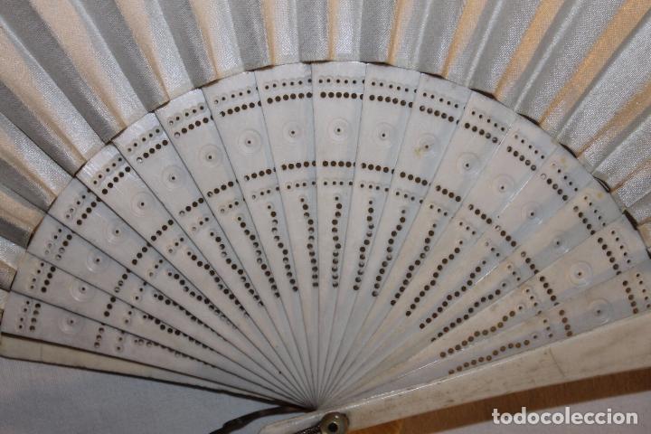 Antigüedades: ABANICO EN HUESO CALADO Y TELA BORDADA A MANO CON DORADO - SIGLO XIX - Foto 3 - 85256212