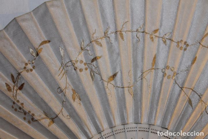 Antigüedades: ABANICO EN HUESO CALADO Y TELA BORDADA A MANO CON DORADO - SIGLO XIX - Foto 4 - 85256212
