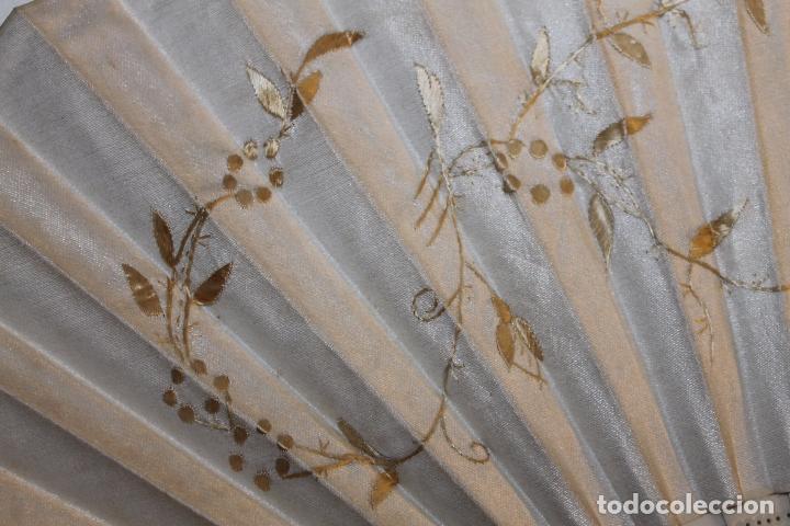 Antigüedades: ABANICO EN HUESO CALADO Y TELA BORDADA A MANO CON DORADO - SIGLO XIX - Foto 5 - 85256212