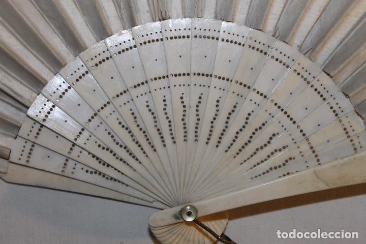 Antigüedades: ABANICO EN HUESO CALADO Y TELA BORDADA A MANO CON DORADO - SIGLO XIX - Foto 8 - 85256212