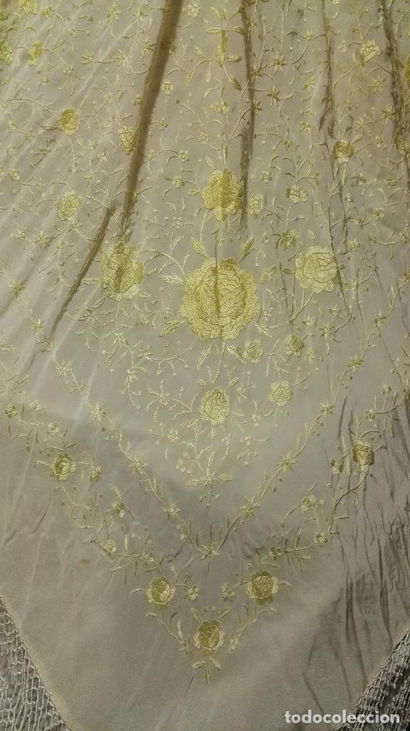 Antigüedades: Manton de Manila en tono marfil con bordados en color vainilla. Seda bordada a mano. - Foto 2 - 97127374