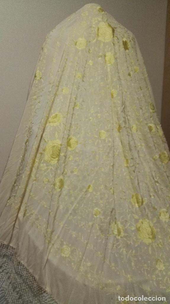 Antigüedades: Manton de Manila en tono marfil con bordados en color vainilla. Seda bordada a mano. - Foto 3 - 97127374