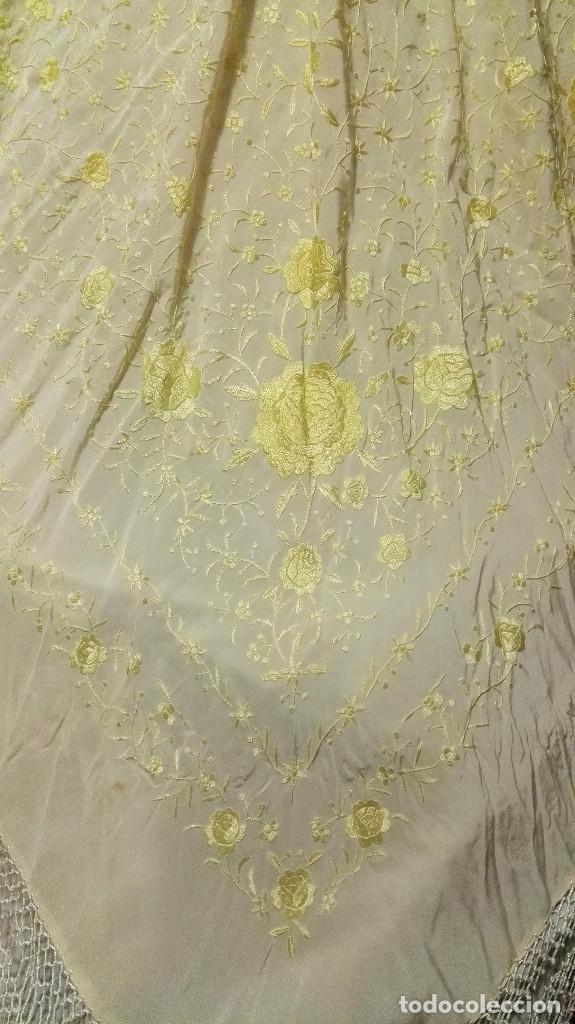 Antigüedades: Manton de Manila en tono marfil con bordados en color vainilla. Seda bordada a mano. - Foto 4 - 97127374