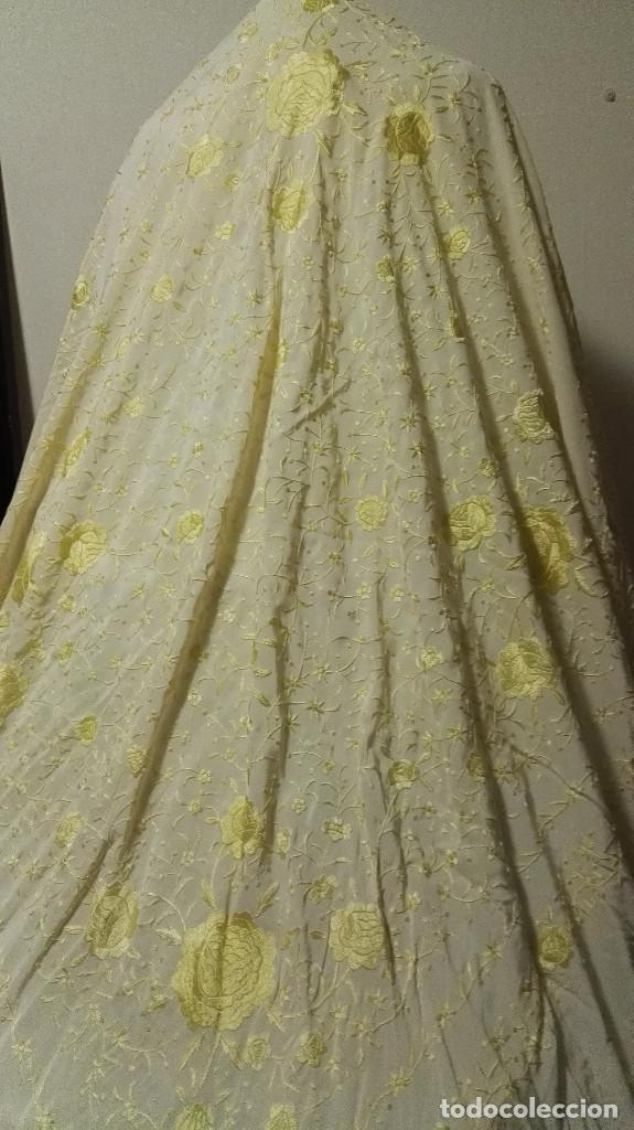 Antigüedades: Manton de Manila en tono marfil con bordados en color vainilla. Seda bordada a mano. - Foto 8 - 97127374