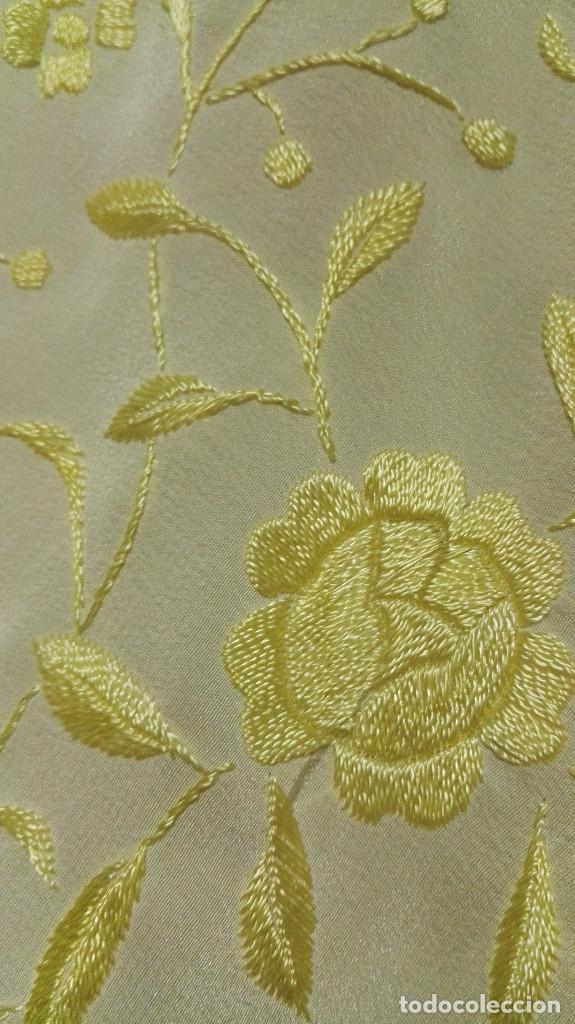 Antigüedades: Manton de Manila en tono marfil con bordados en color vainilla. Seda bordada a mano. - Foto 11 - 97127374
