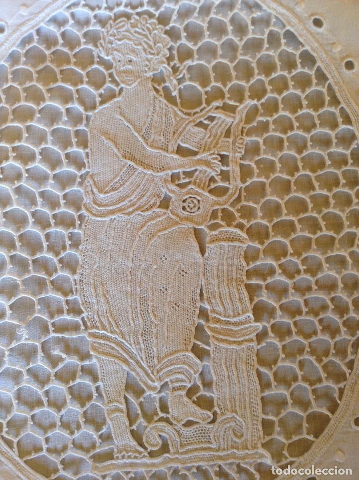 ANTIGUO ALMOHADÓN BORDADO Y GANCHILLO (Antigüedades - Hogar y Decoración - Sábanas Antiguas)
