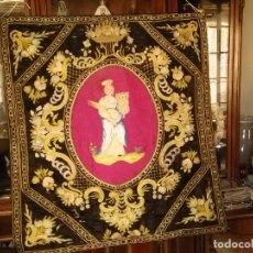 Antigüedades: ANTIGUO ESTANDARTE BANDERIN PENDON BORDADO A MANO SEDAS DE COLORES IMAGEN SANTA BARBARA SEMANA SANTA. Lote 85485404