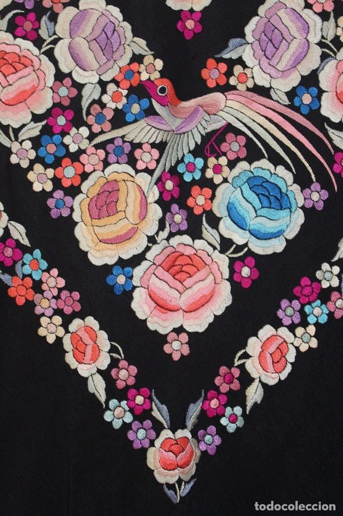 Antigüedades: Mantón de Manila antiguo de seda natural bordado a mano con fleco anudado a mano (MANT-84). - Foto 6 - 85513996