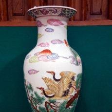 Antigüedades: JARRÓN DE PORCELANA CHINA CON DECORACIÓN DE AVES Y ÁRBOLES. SIGLO XX. MARCAS EN LA BASE.. Lote 85529516
