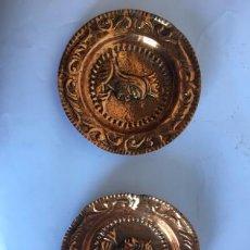 Antigüedades: PAREJA DE PLATOS DE COBRE. Lote 132303255