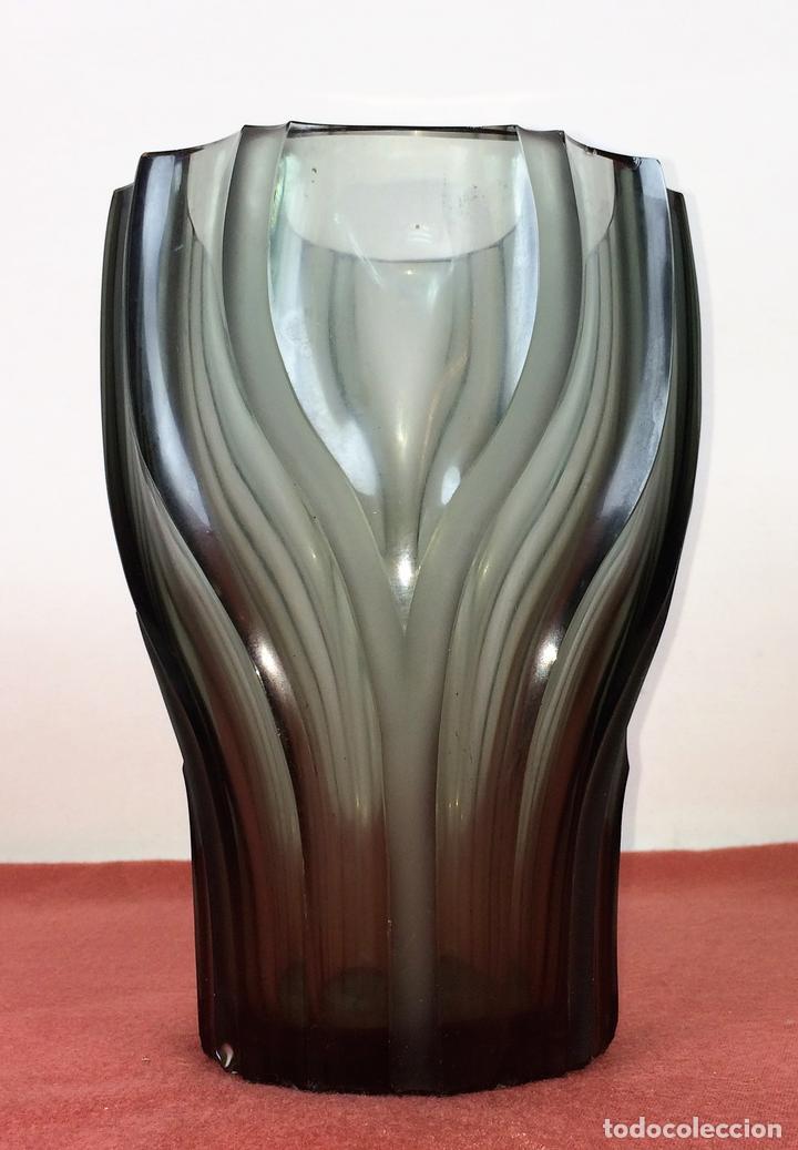 JARRÓN. CRISTAL GRIS FUMÉ. TALLADO A MANO. MURANO(?) ITALIA. CIRCA 1950 (Antigüedades - Cristal y Vidrio - Murano)