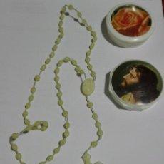 Antigüedades: ROSARIO DE PLÁSTICO FLUORESCENTE CON AROMA A ROSAS. Lote 85679976
