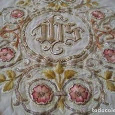 Antigüedades: ANTIGUO PAÑO DE HOMBROS BORDADO EN ORO Y SEDAS. Lote 85696144