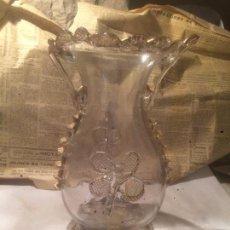 Antigüedades: ANTIGUO JARRÓN / FLORERO DE CRISTAL SOPLADO A MANO CON CURIOSA FORMA Y DORADO AÑOS 50-60 . Lote 85811772