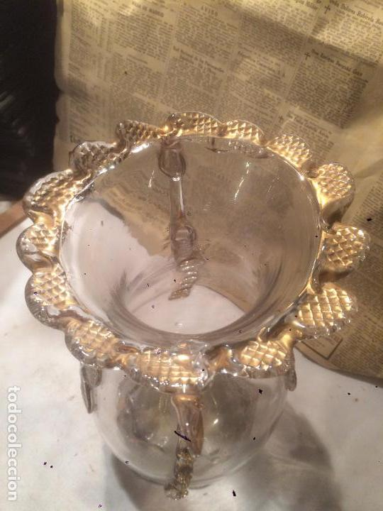 Antigüedades: Antiguo jarrón / florero de cristal soplado a mano con curiosa forma y dorado años 50-60 - Foto 2 - 85811772